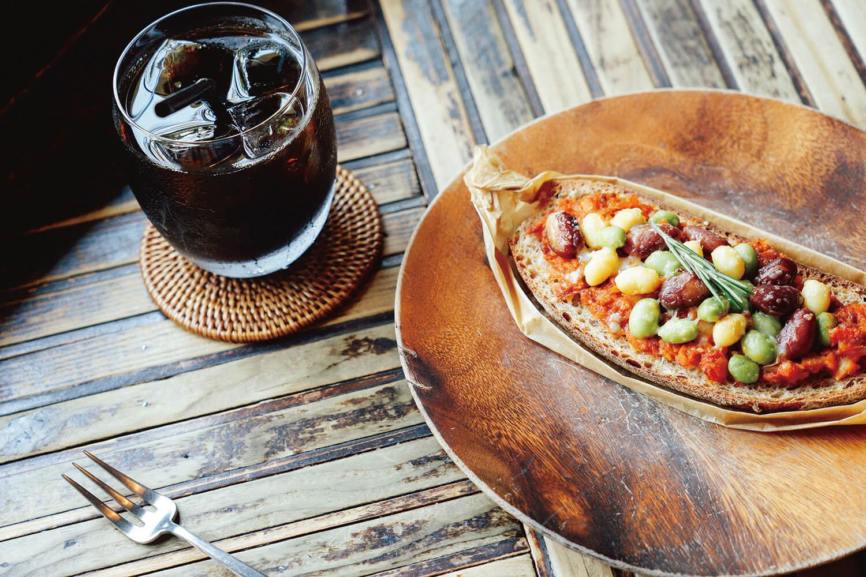 お豆とトマトソースのタルティーヌ